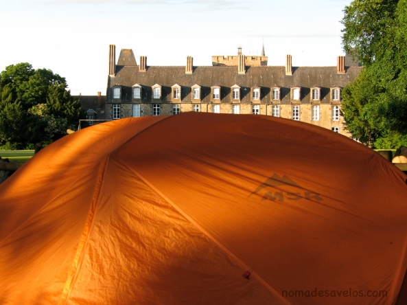 À la cour d'un château en France